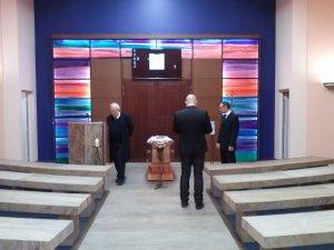 Un oncle, un frère et un employé des pompes funèbres autour du cercueil de mon père.