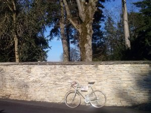 Mon vélo contre un mur de Saint-Alban-de-Roche.