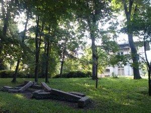 """""""Mimi"""", de Markus Raetz, dans le parc de la Cerisaie."""